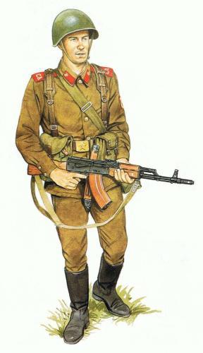 Soviet Motor Rifle con equipo ligero y uniforme de verano.
